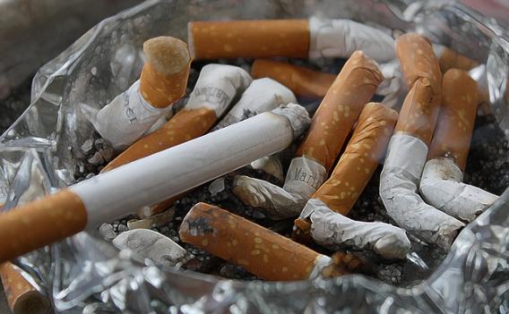 Rauchen schadet dem Zahnfleisch, voller Aschenbecher